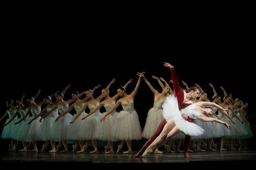 1024px-Swan_Lake_prodution_2008_at_the_Royal_Swedish_Opera
